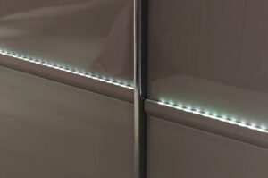 Ντουλάπα με συρόμενες πόρτες και led φωτισμό